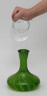 Nalievanie vody do vázy vodnej fajky.