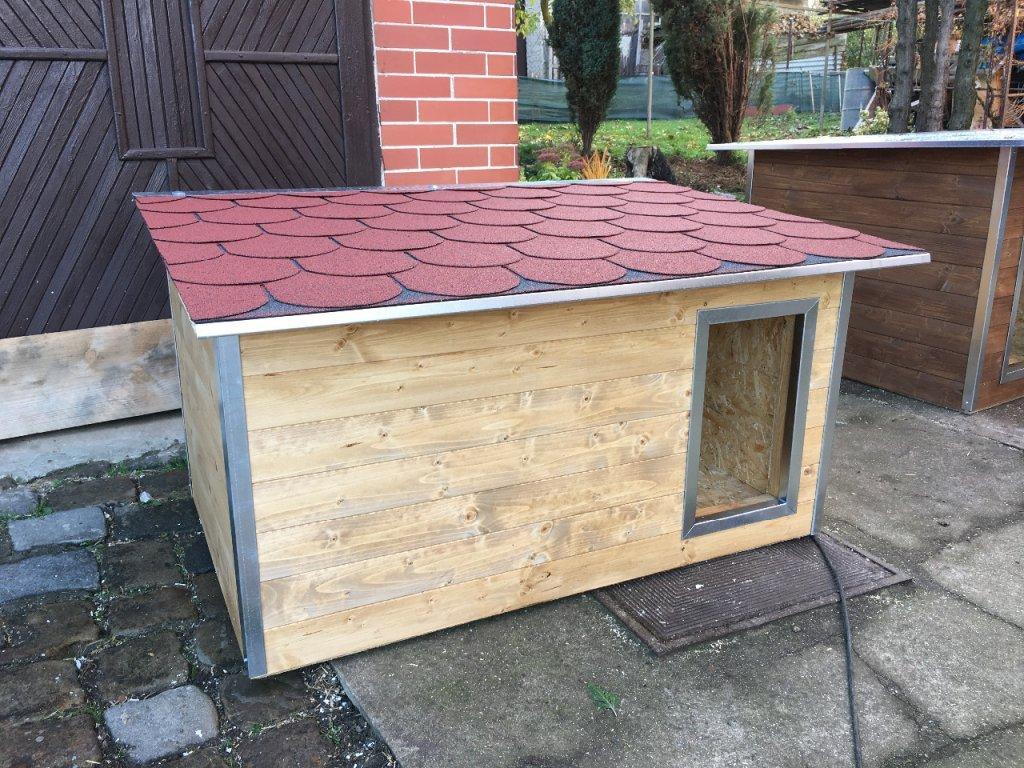 Psí bouda Rocky, šindelová střecha, plechové lišty