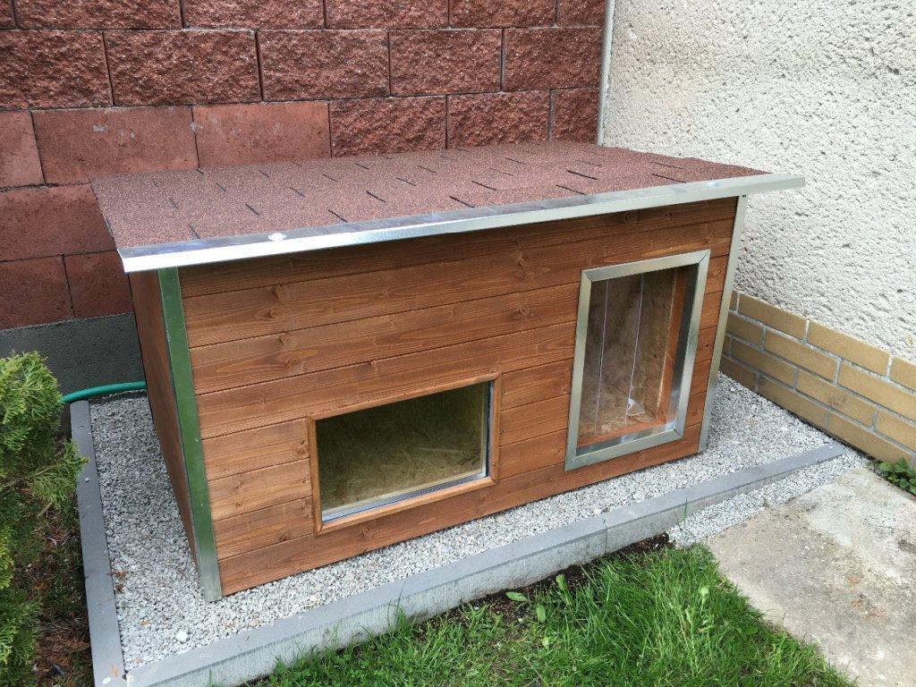 Psí bouda Rocky, šindelová střecha, okno, lazurový nátěr kaštan
