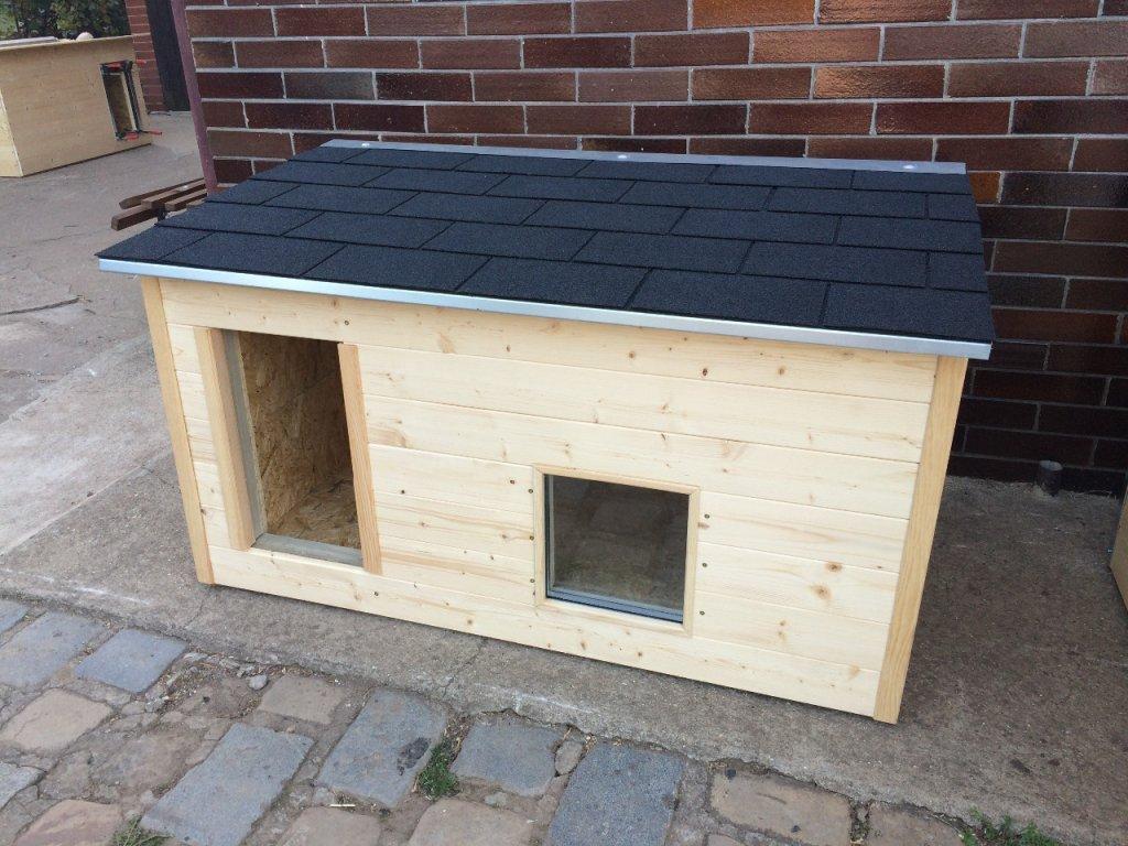 Psí bouda Casper, šindelová střecha, okno