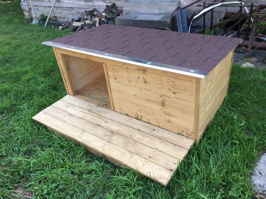 Psí bouda Larry s podlážkou, šindelová střecha