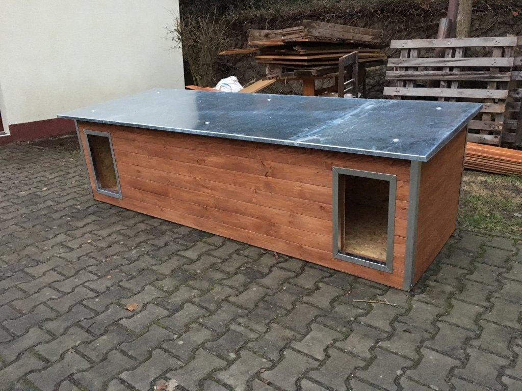 Psí dvoubouda Rozárka, plechová střecha, sklon dopředu