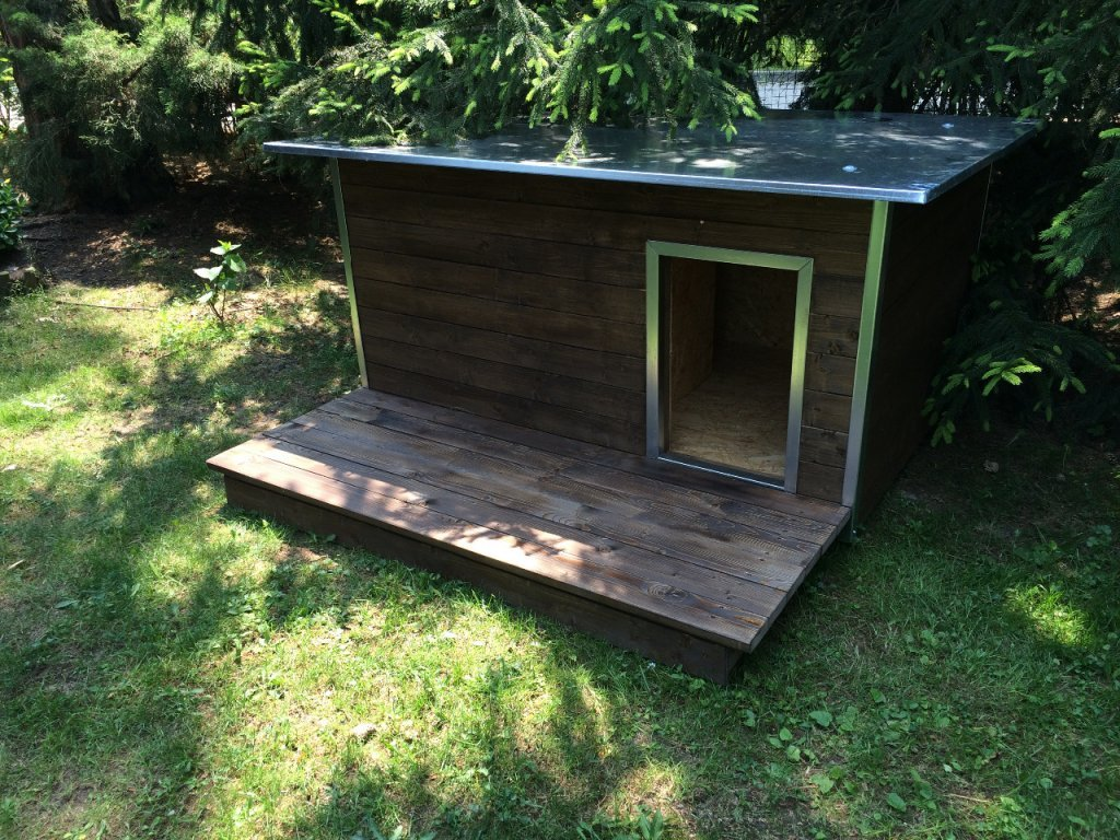 Psí bouda Rozárka, plechová střecha, podlážka