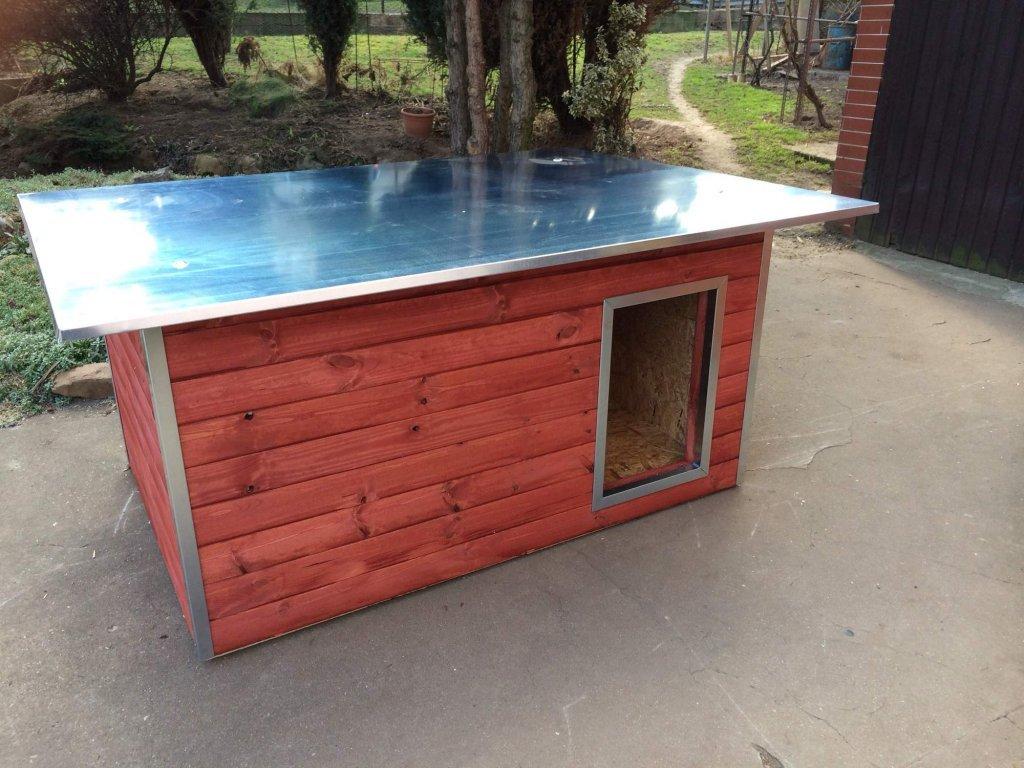 Psí bouda Rozárka, plechová střecha, lazurový nátěr mahagon