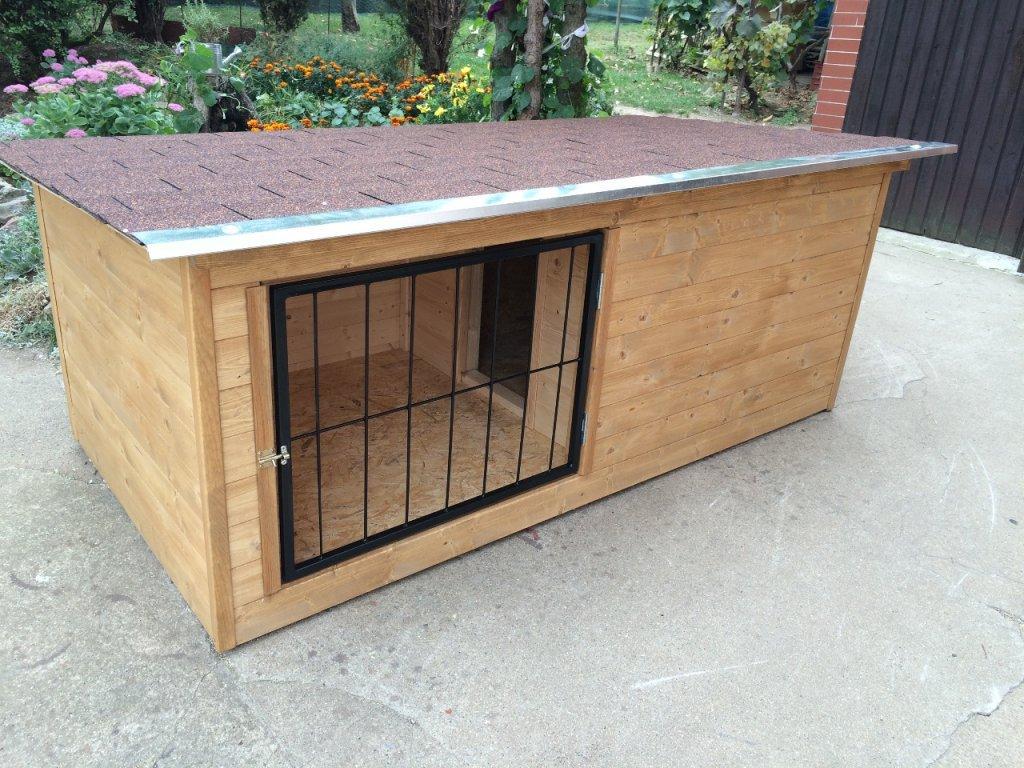 Psí bouda Larry, šindelová střecha, vrátka, lazurový nátěr dub
