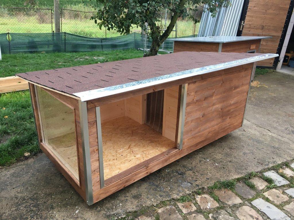 Psí bouda Larry, šindelová střecha, okno