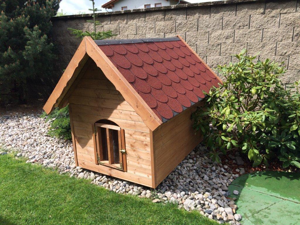 Psí bouda Bertík, šindelová střecha, vrátka, lazurový nátěr kaštan