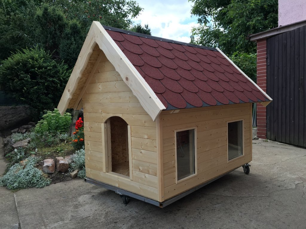 Psí bouda Bertík, šindelová střecha, okno