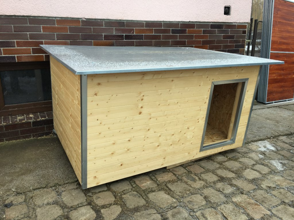 Psí bouda Rozárka, plechová střecha i okrasné lišty