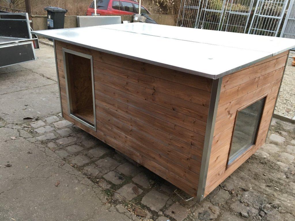 Psí bouda Rozárka, plechová střecha, okno