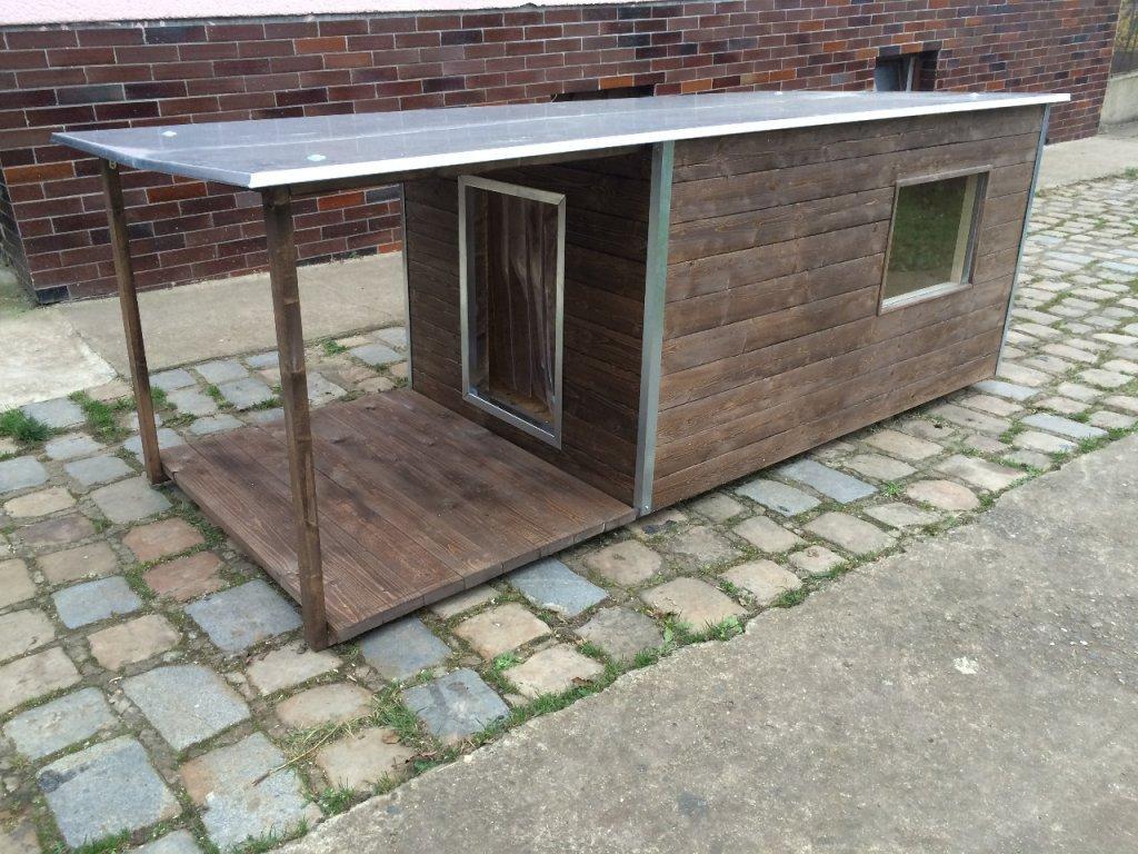 Psí bouda Andy, plechová střecha, okno