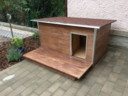 Dřevěná podlážka před psí boudu