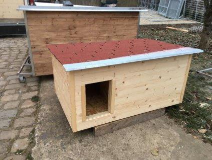 Zateplená psí bouda Casper, šindelová střecha