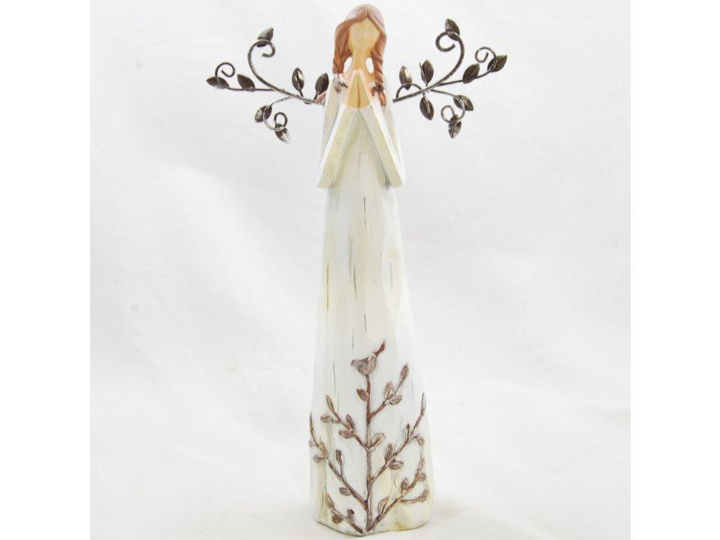 Figurka anděla v krémových šatech s kovovými křídly se sepjatýma rukama