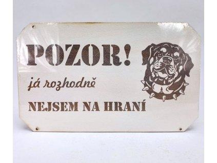 Dřevěná deska bílá nápisem POZOR PES! rotvajler já rozhodně nejsem na hraní