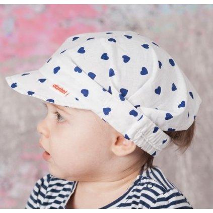 Detská čelenka so šiltom - modré srdiečka 22/029 (Farba Biela, Veľkosť Neurčená)