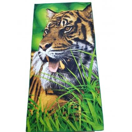 Osuška tiger ležiaci v tráve