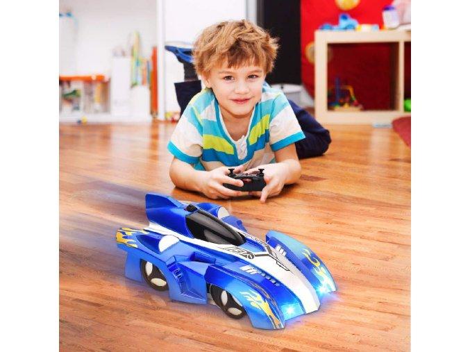 RC auto jezdící po zdi