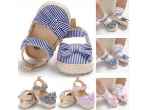 První dívčí sandálky