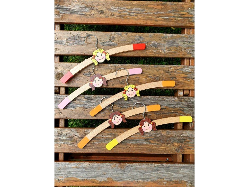 Dřevěné ramínko na oblečení holky