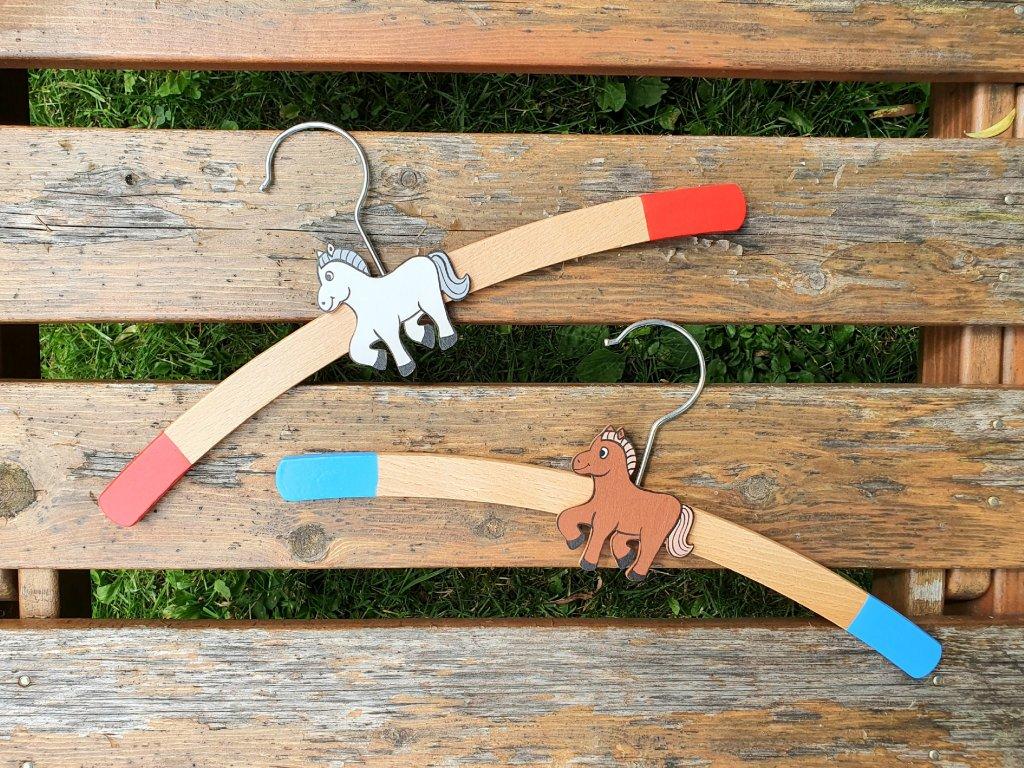 Dřevěné ramínko na oblečení Koník