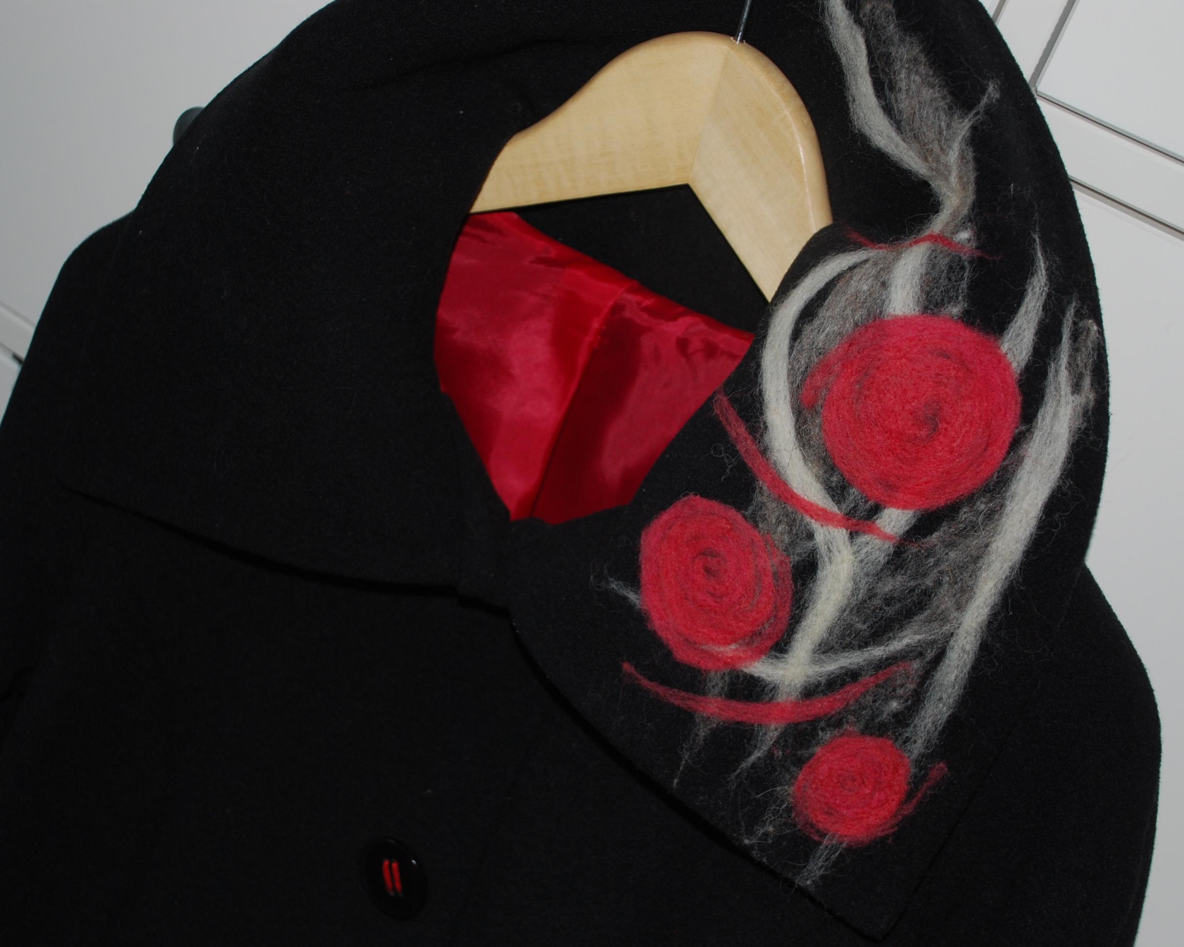 Kabát zdobený technikou filcování