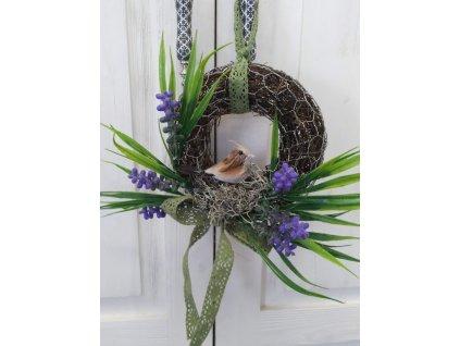 Velikonoční věneček na dveře modřenec