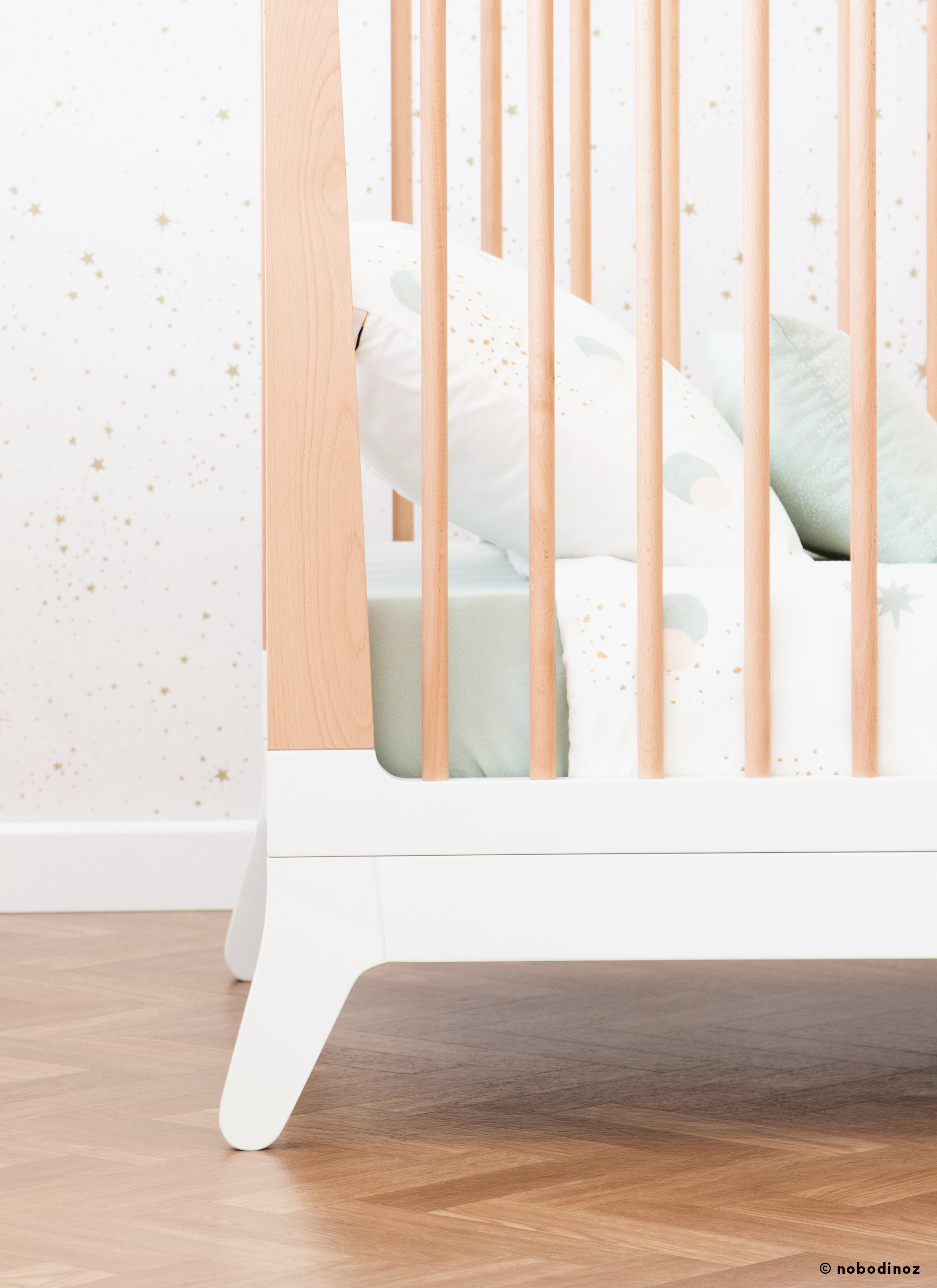 mood-nobodinoz-furniture-new-horizon-crib-wallpaper-goldstella-white_detail_4