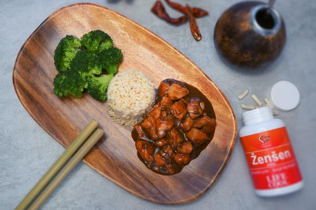 Sezamové kuře s rýží a brokolicí