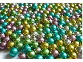 perly metalické různobarev.