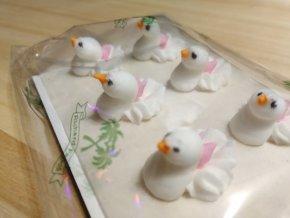 Cukrová dekorace - holubice s růžovou mašlí