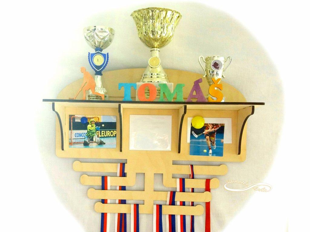 Polička na poháry s věšákem na medaile