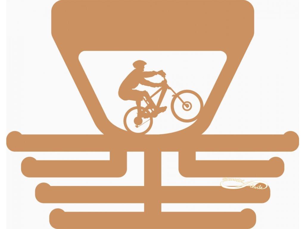 Dřevěný věšák na medaile pro cyklistu na horském kole