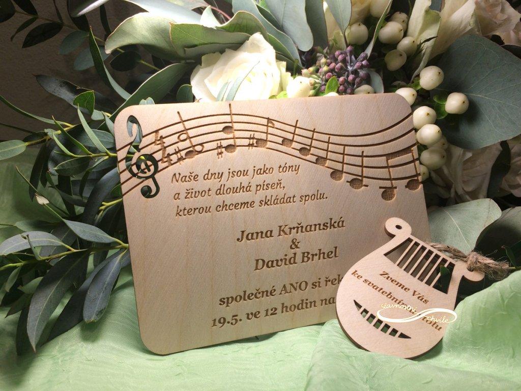 svatební oznamení dřevěné noty
