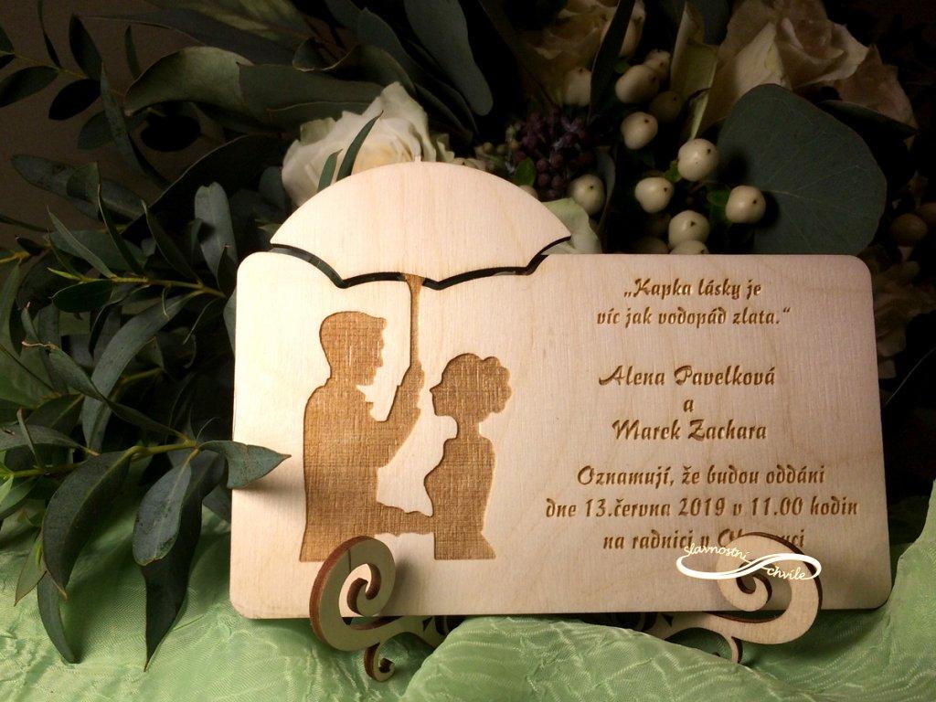 svatební oznámení novomanželé pod deštníkem