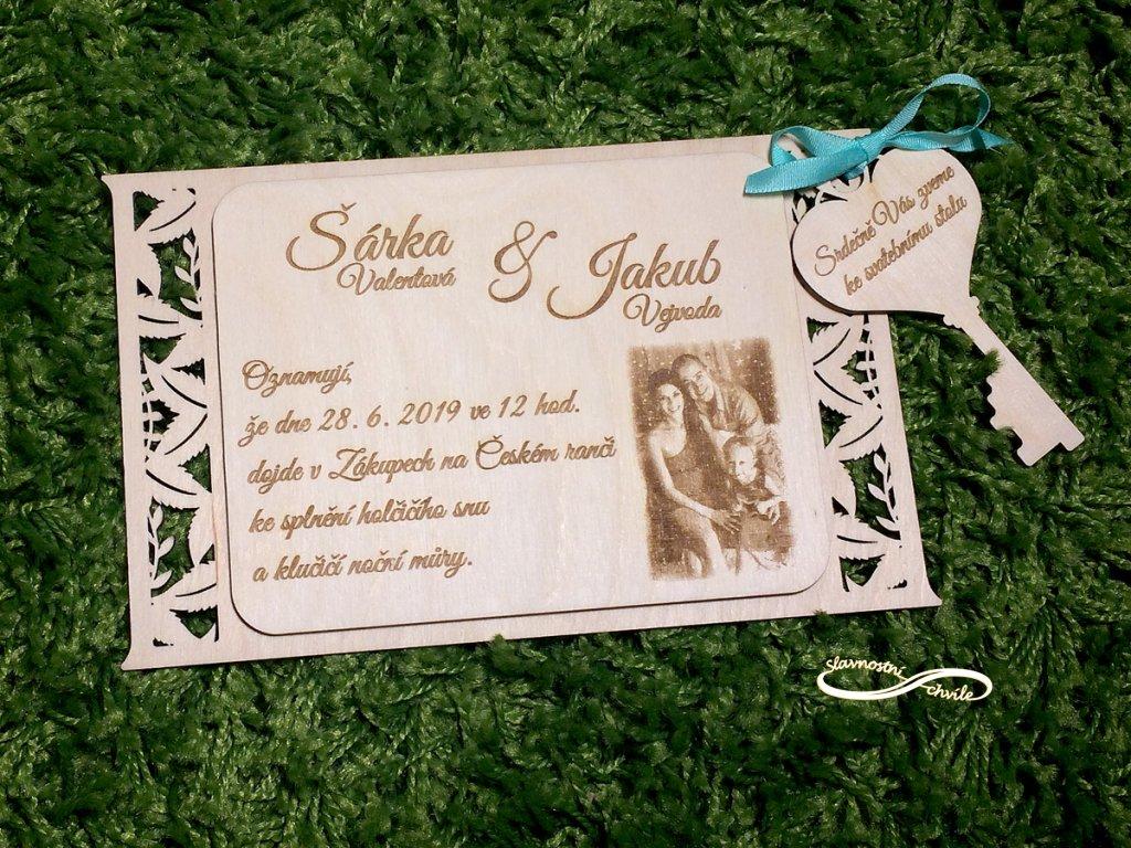 Dřevěné svatební oznámení s lístky lásky