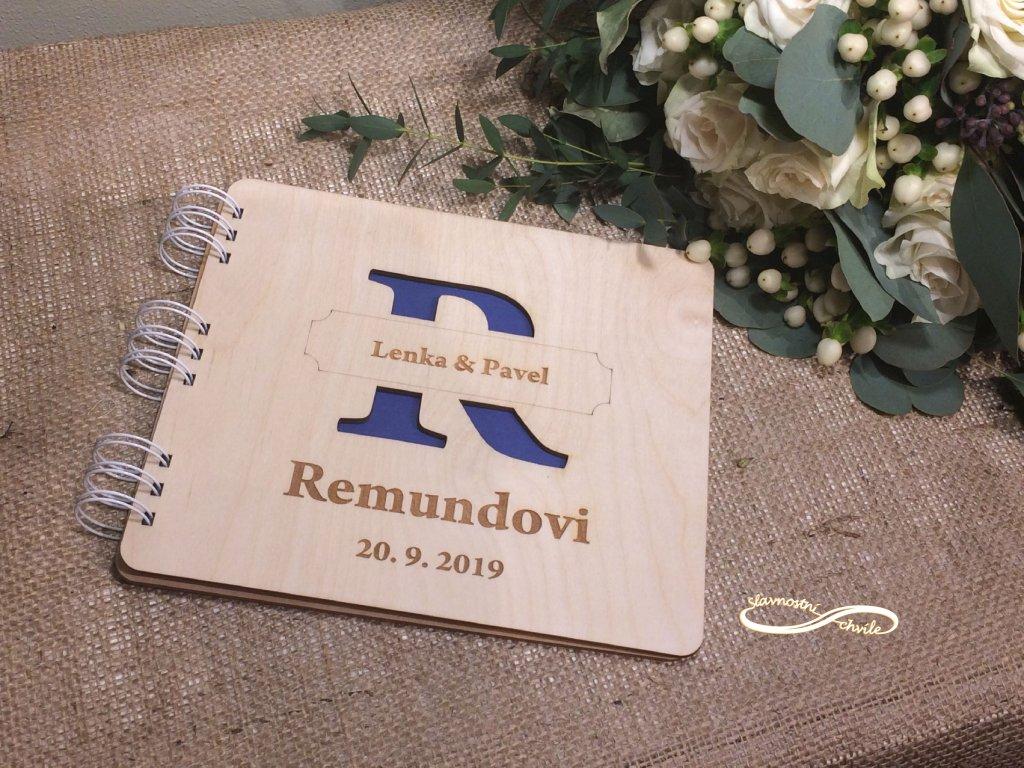 Kniha hostů s iniciálou z příjmení