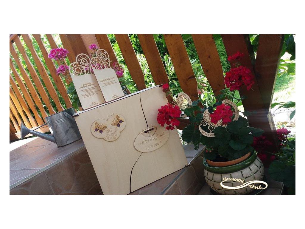 Dřevěná dárková kazeta s lahví vína a gravírovanými skleničkami - s motivem motýlci