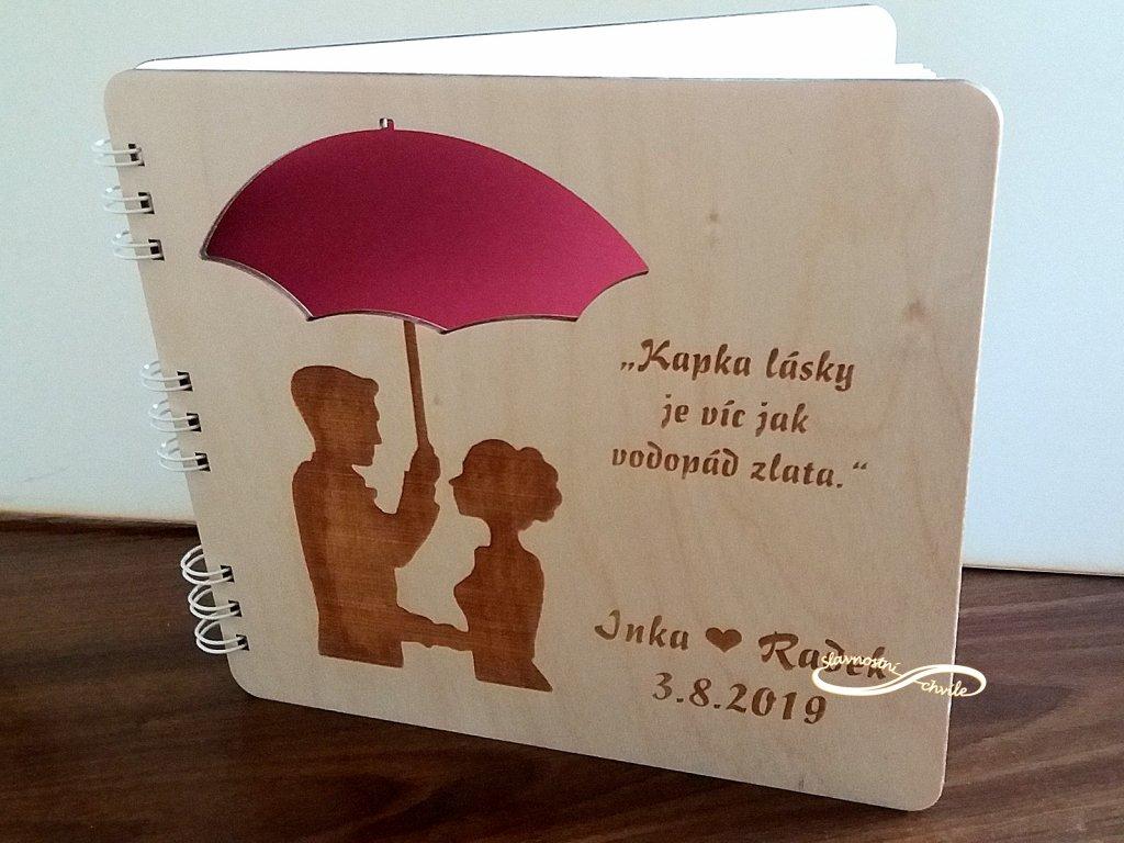 Dřevěná svatební kniha milenci pod deštníkem
