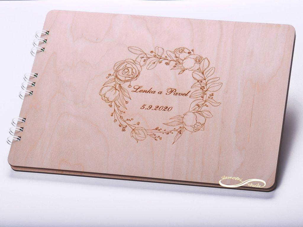 Originální luxusní dřevěná kniha hostů s gravurou -květinový věneček