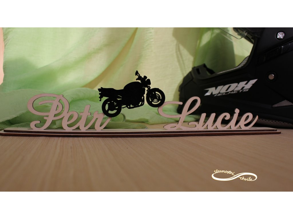 Dřevěné příjmení na podstavci - s motivem motorky