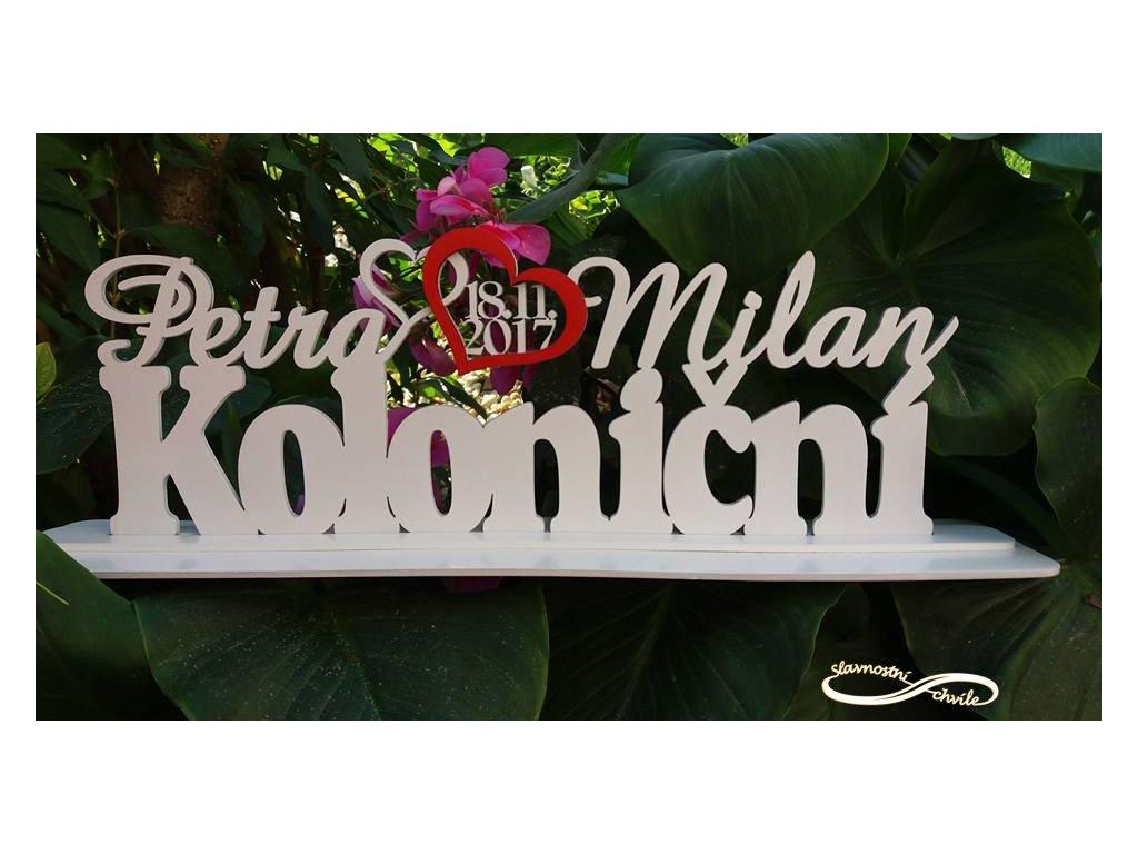 Lakovaná dřevěná dekorace příjmení se jmény a datem svatby.