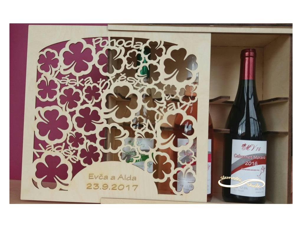 Dřevěná dárková kazeta na tři lahve vína.