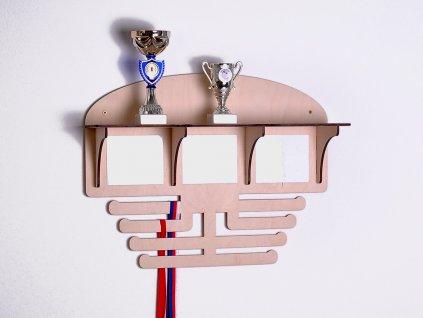 polička na poháry s držákem na medaile
