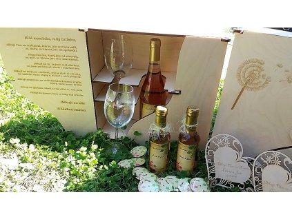 Dřevěná dárková kazeta s lahví vína a gravírovanými skleničkami - s motivem pampelišky