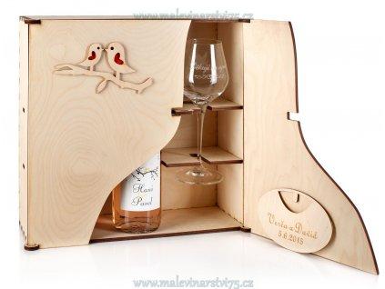 Dřevěná dárková kazeta na víno a skleničky s motivem ptáčků.