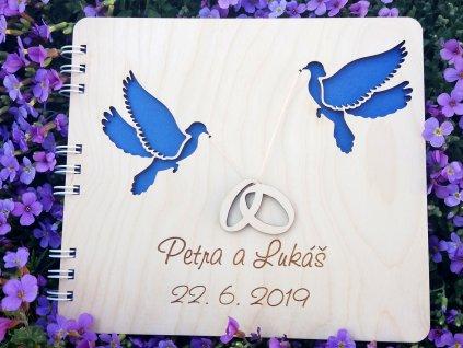 dřevěná kniha hostů se dvěma holoubky