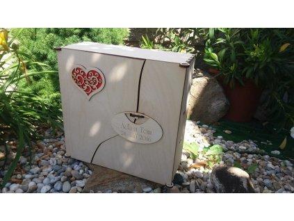 Dřevěná dárková kazeta na víno a skleničky s motivem srdíčka.