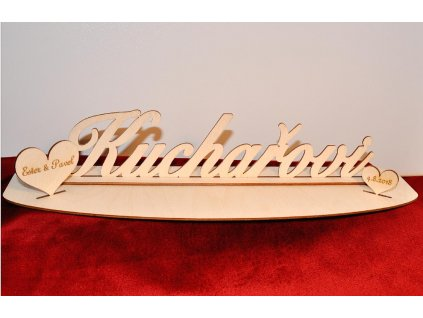 Dřevěné příjmení na podstavci s gravírovanými srdíčky