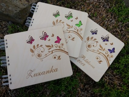Dřevěné knihy hostů s motivem motýla